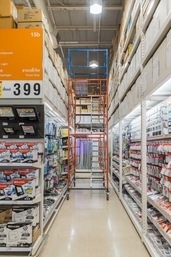 Många typer av elektriska produkter i supermarket arkivbild