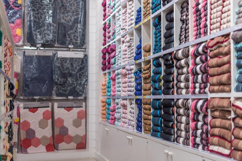 Många typer av handdukar och textilen i supermarket royaltyfri fotografi