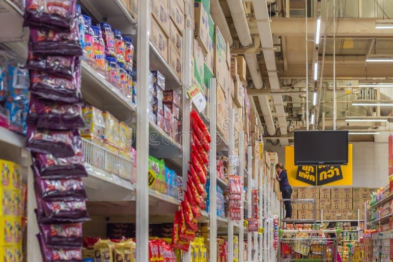 Många typer av mellanmålprodukter i supermarket arkivbilder