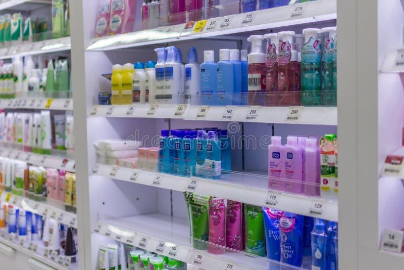 Många typer av skönhetsmedel som är till salu i supermarket arkivbild