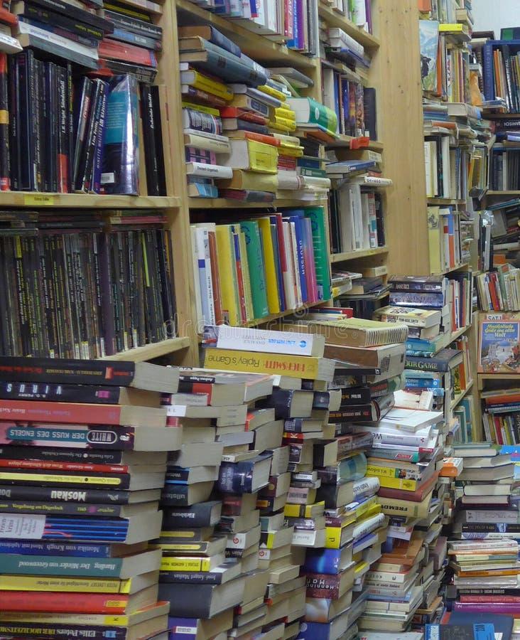Många tyskböcker i en antik bokhandel i Berlin, Tyskland fotografering för bildbyråer