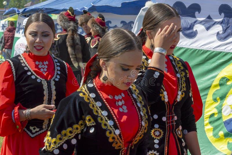 Många unga kvinnor i nationell Bashkir kläder royaltyfri foto