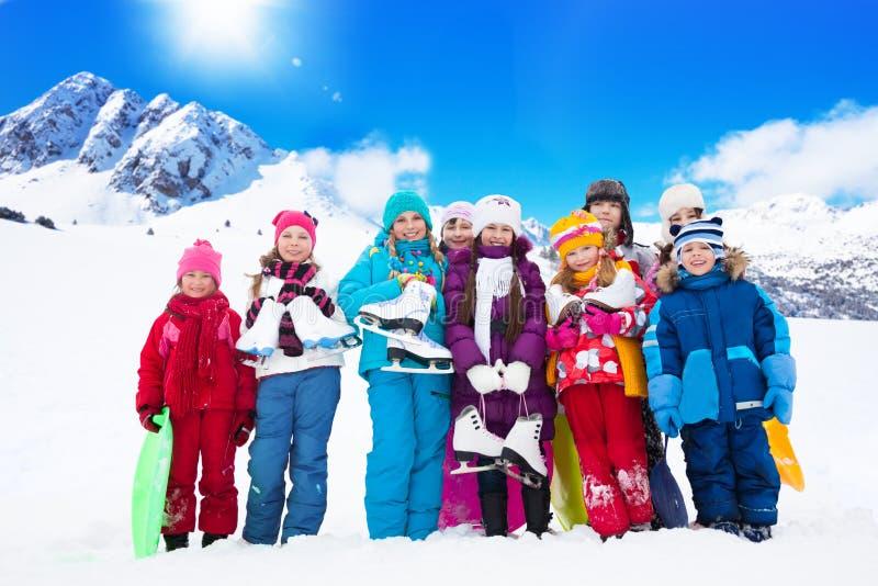 Många ungar med isskridskor royaltyfria bilder
