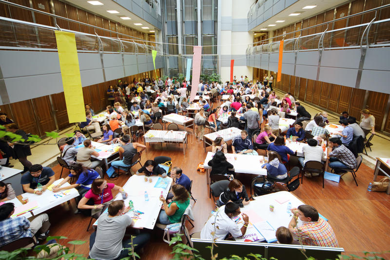 Många ungdomari vård- grupp för ungdom arkivbild