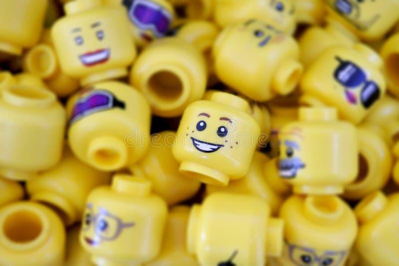 Många vänder mot LEGO Minifigures delar royaltyfri bild