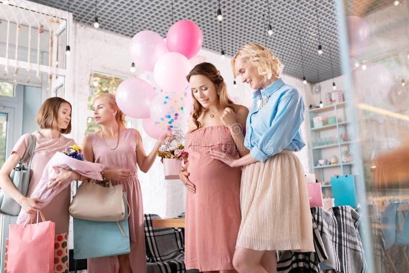 Många vänner som kommer för att gratulera deras gravida kollega fotografering för bildbyråer