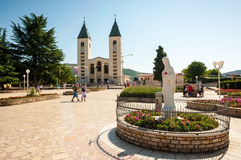 Många vallfärdar besök bykyrkan och den närliggande synkullen i Medjugorje, Bosnien och Hercegovina royaltyfri bild