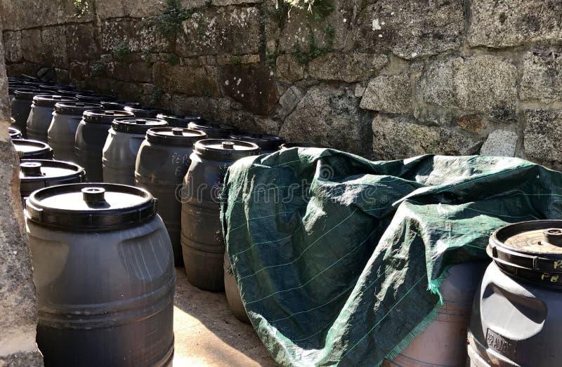 Många vinfat nära en stenvägg arkivbilder