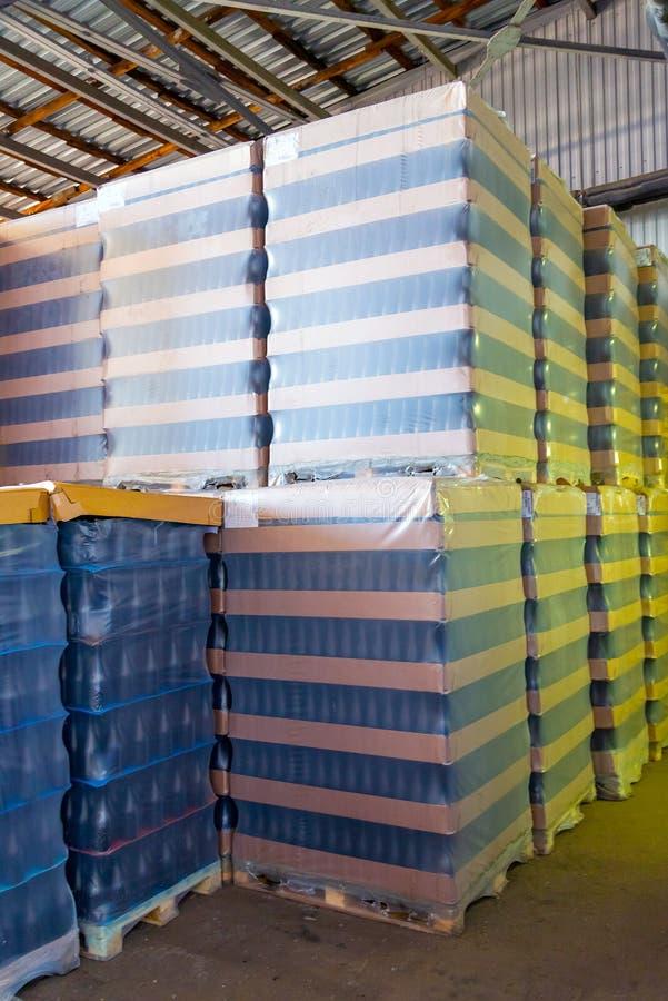 Många vinflaskor packade för grossist på vinodlingen arkivbild