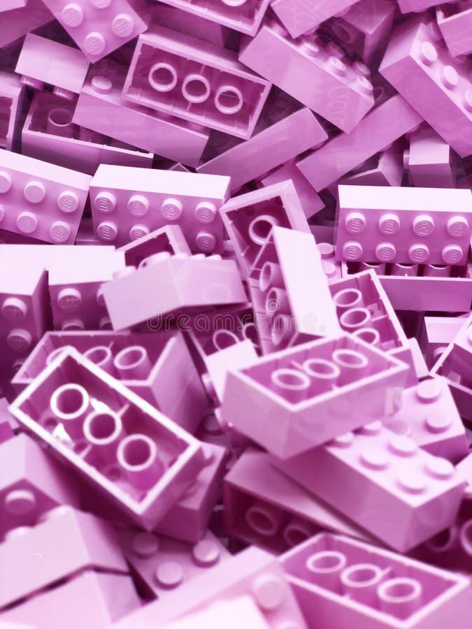 Många violetta plast- Lego kvarter Violetta tegelstenar royaltyfri fotografi