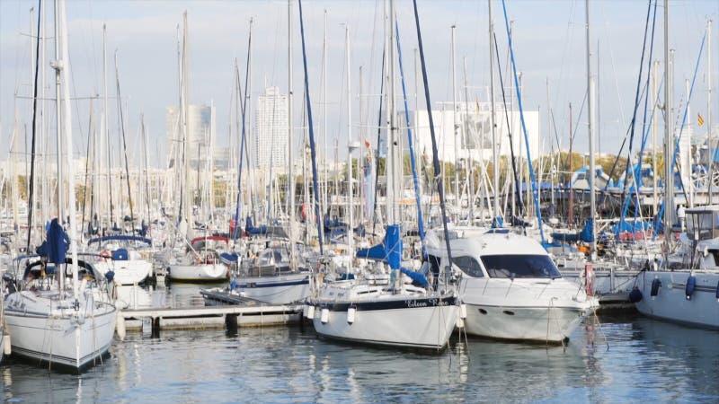 Många yachter i porten materiel Segelbåthamnen, många förtöjt härligt seglar yachter i havsporten, modernt vatten royaltyfri fotografi