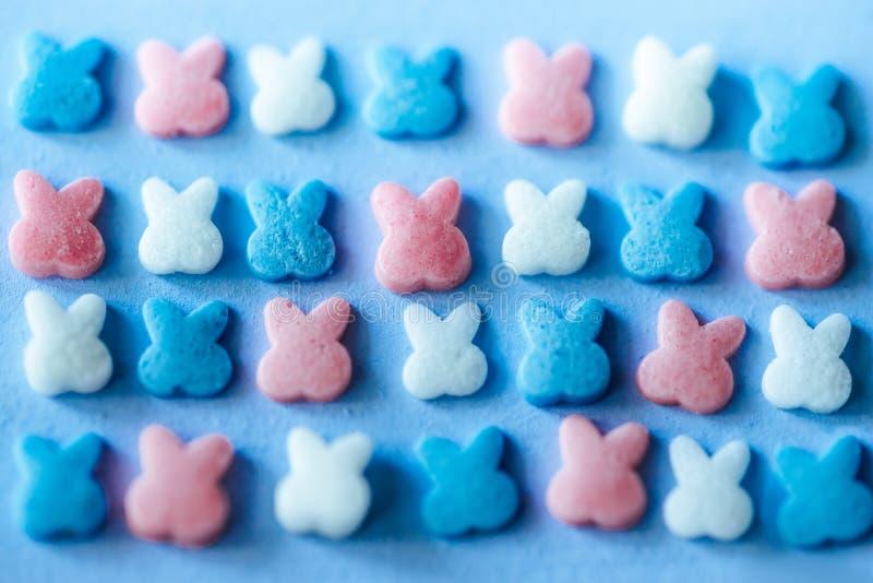 Mångfärgad godis på en blå bakgrund royaltyfri foto
