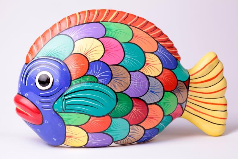 Mångfärgad keramisk fisk på vit bakgrund arkivfoton