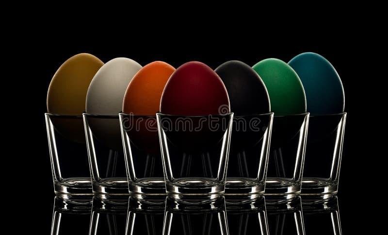 Mångfärgad makro för närbild för easter ägg i exponeringsglas, lokaliserad nästa t arkivfoton