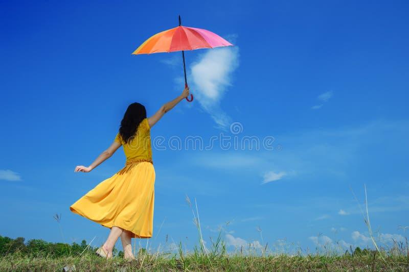 mångfärgad paraplykvinna för härlig holding royaltyfri foto