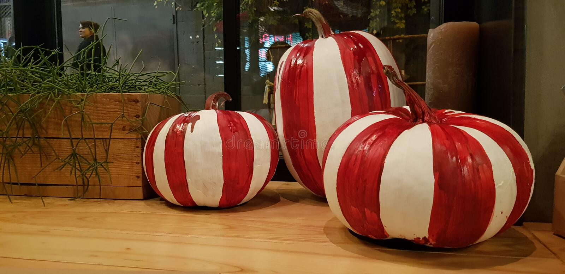 mångfärgad pumpahalloween dekor royaltyfria foton