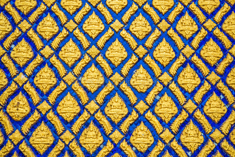Mångfärgad thailändsk stuckatur på väggen royaltyfri fotografi