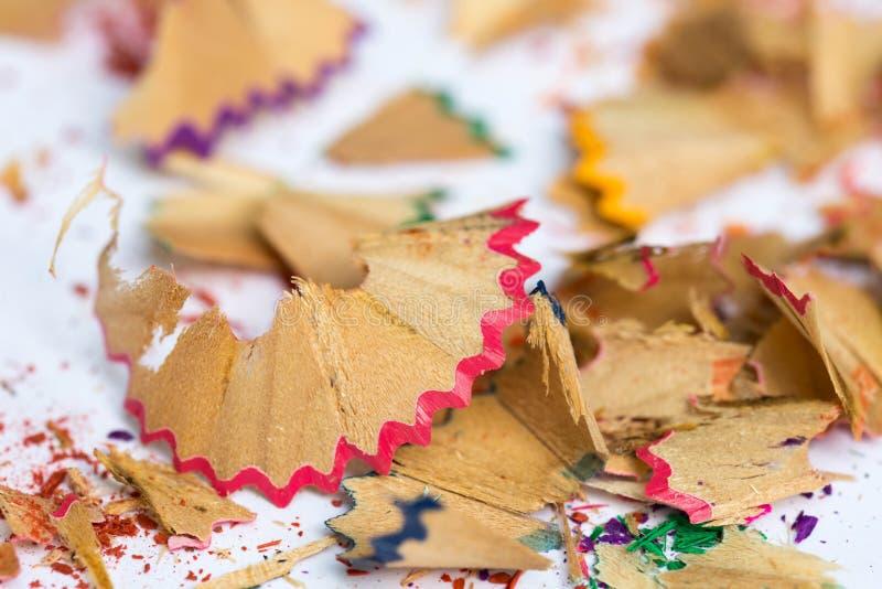 Mångfärgad träblyertspenna eller färgpennor som vässar shavings royaltyfria foton