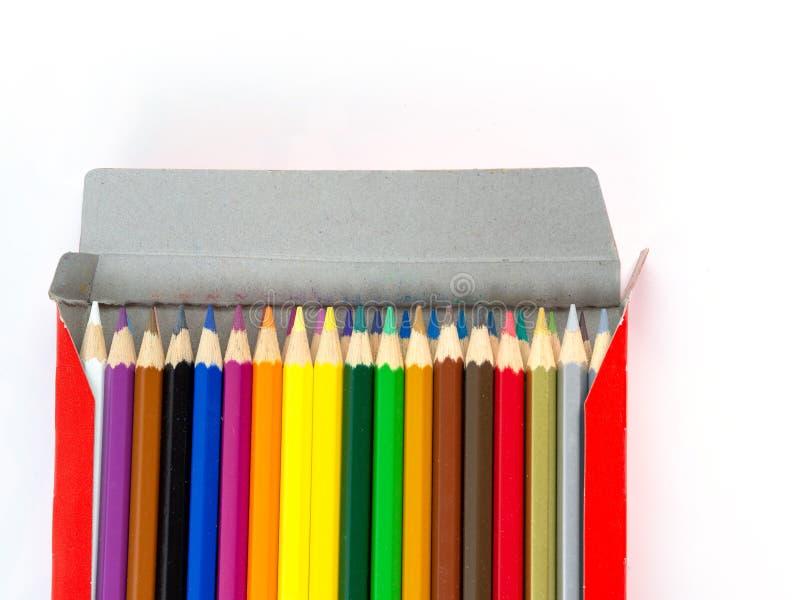 Mångfärgade blyertspennor med fritt utrymme för text på vit bakgrund, färgblyertspennor i den isolerade asken arkivbild