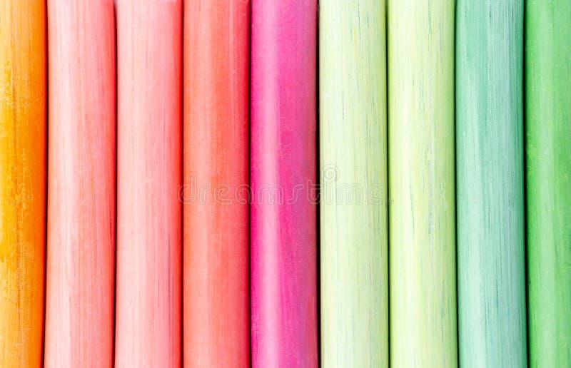Mångfärgade färgpennor, pastell band linjer som är försiktiga Göra grön, gulna, rosa färger, lilor, blått Målad pastellvitsvart t arkivbilder