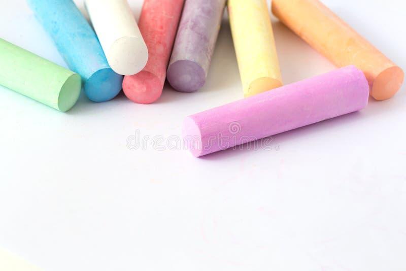 Mångfärgade färgpennor, pastell Göra grön, gulna, rosa färger, lilor, blått Målad pastellvitsvart tavla royaltyfria foton