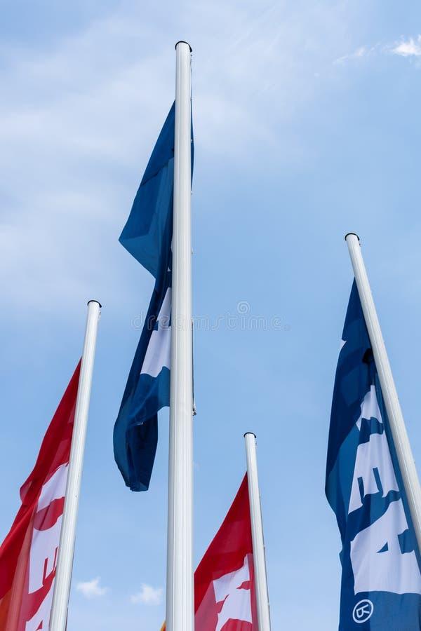 Mångfärgade flaggor av IKEA arkivfoto