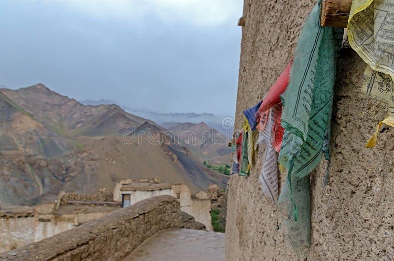 Mångfärgade flaggor med tibetant böntecken royaltyfri foto