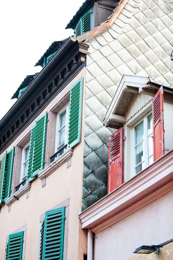 Mångfärgade hus för fransk provencal stil med träslutare arkivbild