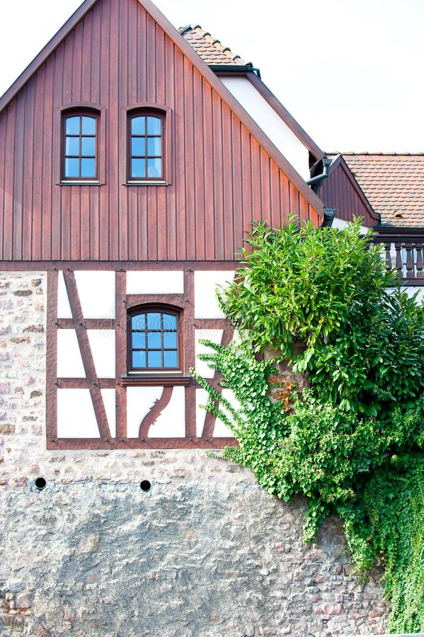 Mångfärgade hus för typisk fransk provencal stil royaltyfri bild