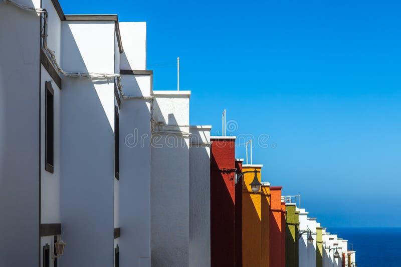 Mångfärgade hus på ön Tenerife, Spanien, sidosikt royaltyfri bild
