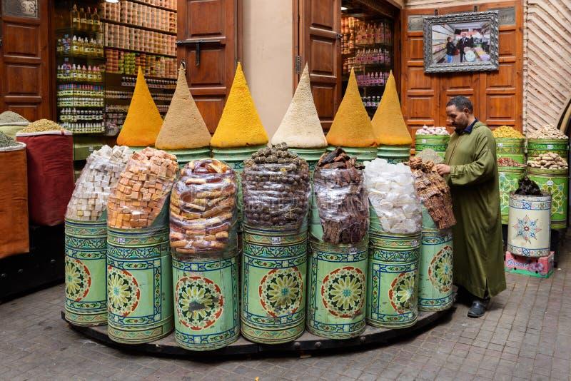 Mångfärgade kryddor på marknaden i Marrakech arkivfoto