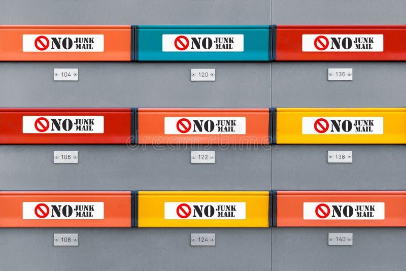 Mångfärgade moderna brevlådor med inga skräpreklamklistermärkear royaltyfria foton
