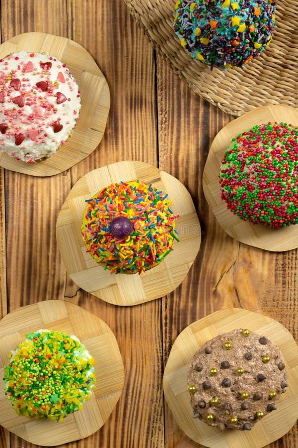 Mångfärgade muffin på trätabellen arkivbild