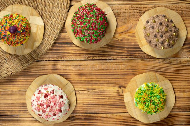Mångfärgade muffin på trätabellen royaltyfri bild