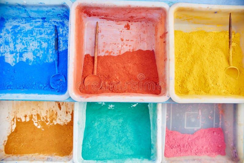 Mångfärgade pigmentmålarfärger av olika skuggor säljs på royaltyfria foton