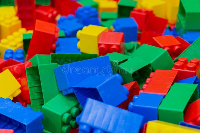 Mångfärgade plast- byggandekvarter Bakgrund av ljusa plast- byggnadskvarter arkivbild