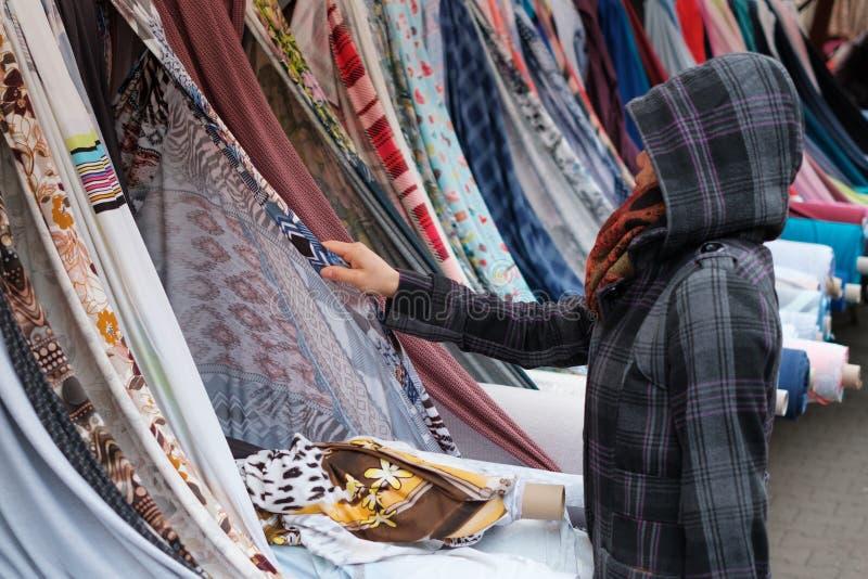 Mångfärgade rullar av tyger och textiler på marknaden Sale av textiler på turkisk marknad i Berlin royaltyfri foto