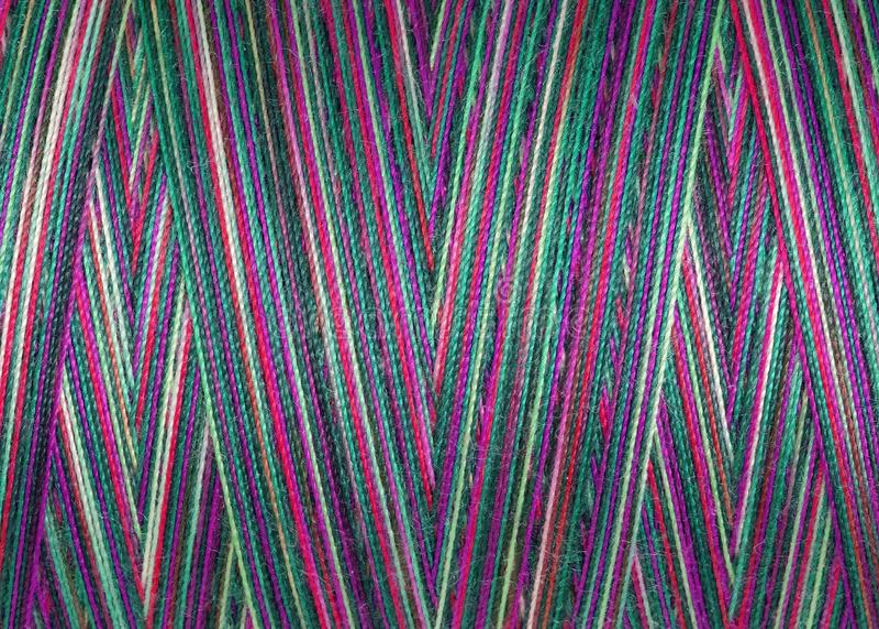 Mångfärgade sömnadtrådar i rullen, yttersida, makro royaltyfria foton
