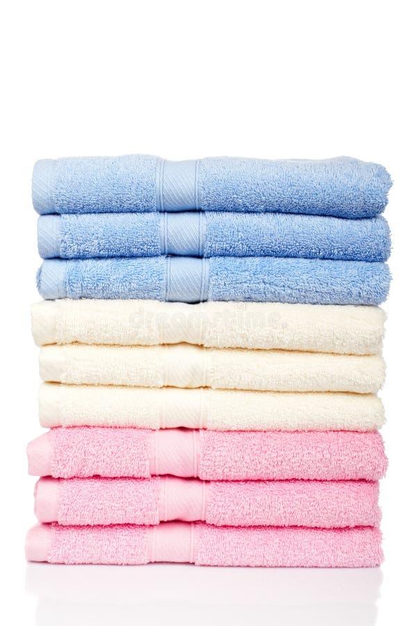 mångfärgade staplade handdukar royaltyfria bilder