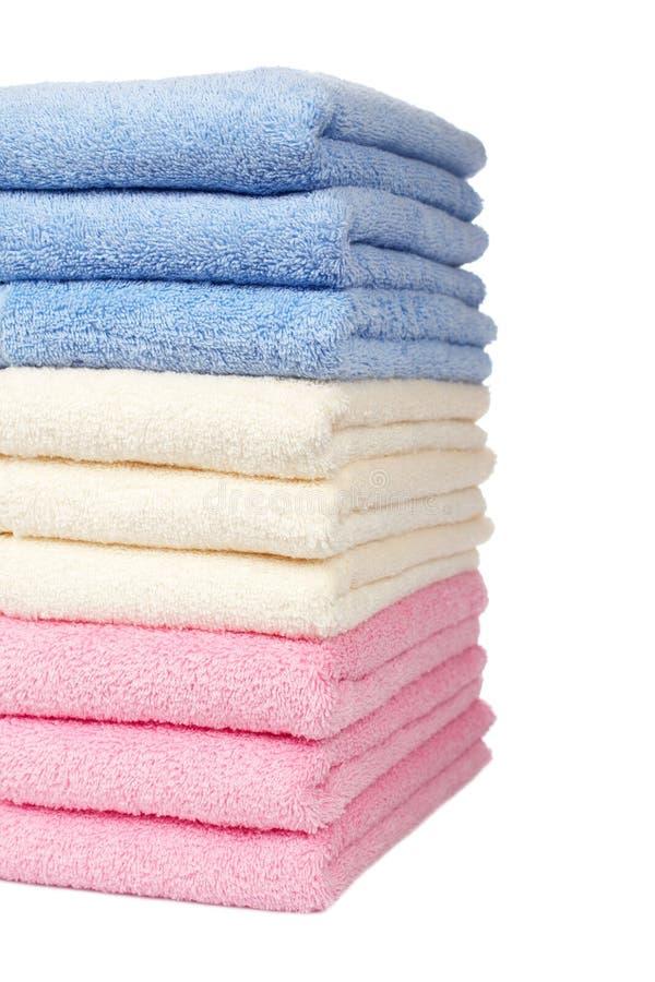 mångfärgade staplade handdukar arkivbilder