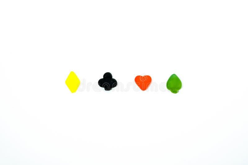 Mångfärgade symboler för spela kort mot vit bakgrund arkivbilder