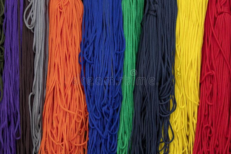 Mångfärgade textilkablar på den östliga marknaden Resor kyrgyzstan royaltyfri bild