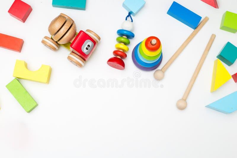 Mångfärgade träleksaker för barn` s på en vit bakgrund Mocku royaltyfri foto