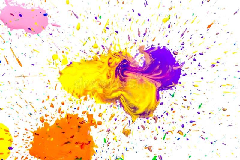 Mångfärgade vattenfärgfläckar som isoleras på vit bakgrund Färgstänk av en mångfärgad vattenfärgmålarfärg tappar på en vit stock illustrationer