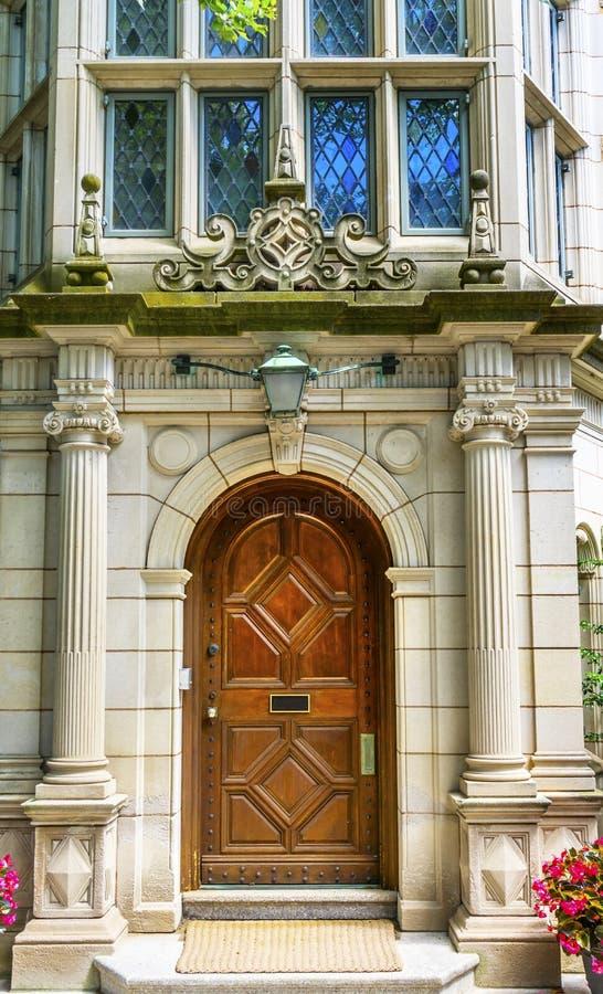 Mångfärgat fönster Yale University New Haven Connecticut för trädörr arkivfoton
