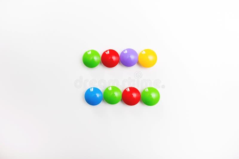 Mångfärgat matematiskt tecken som göras av barns leksaker arkivbilder