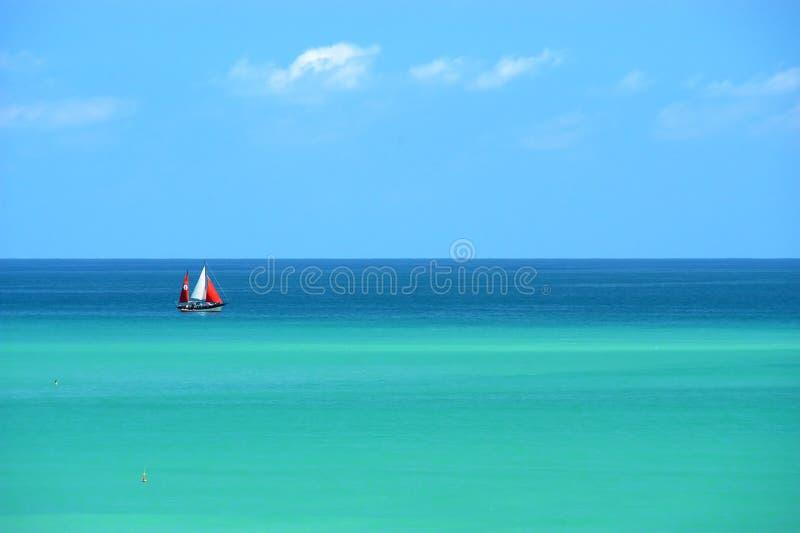 mångfärgat seglinghav för fartyg royaltyfria foton