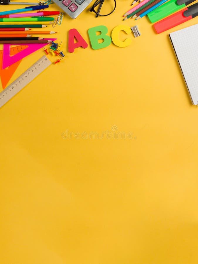 Mångfärgat utrymme för kopia för brevpapperskolalätthet arkivfoto