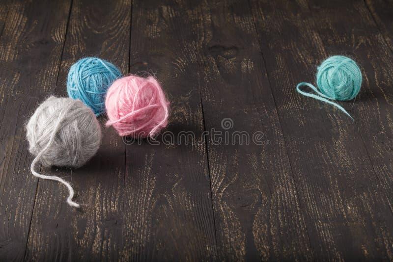 Mångfald av bollar av olika färger för att sticka arkivfoto