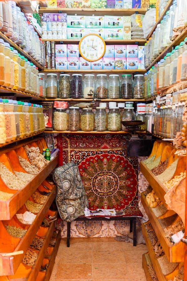 Mångfald av färgrika kryddor på en basarmarknad i Marrakesh Marocko royaltyfri foto